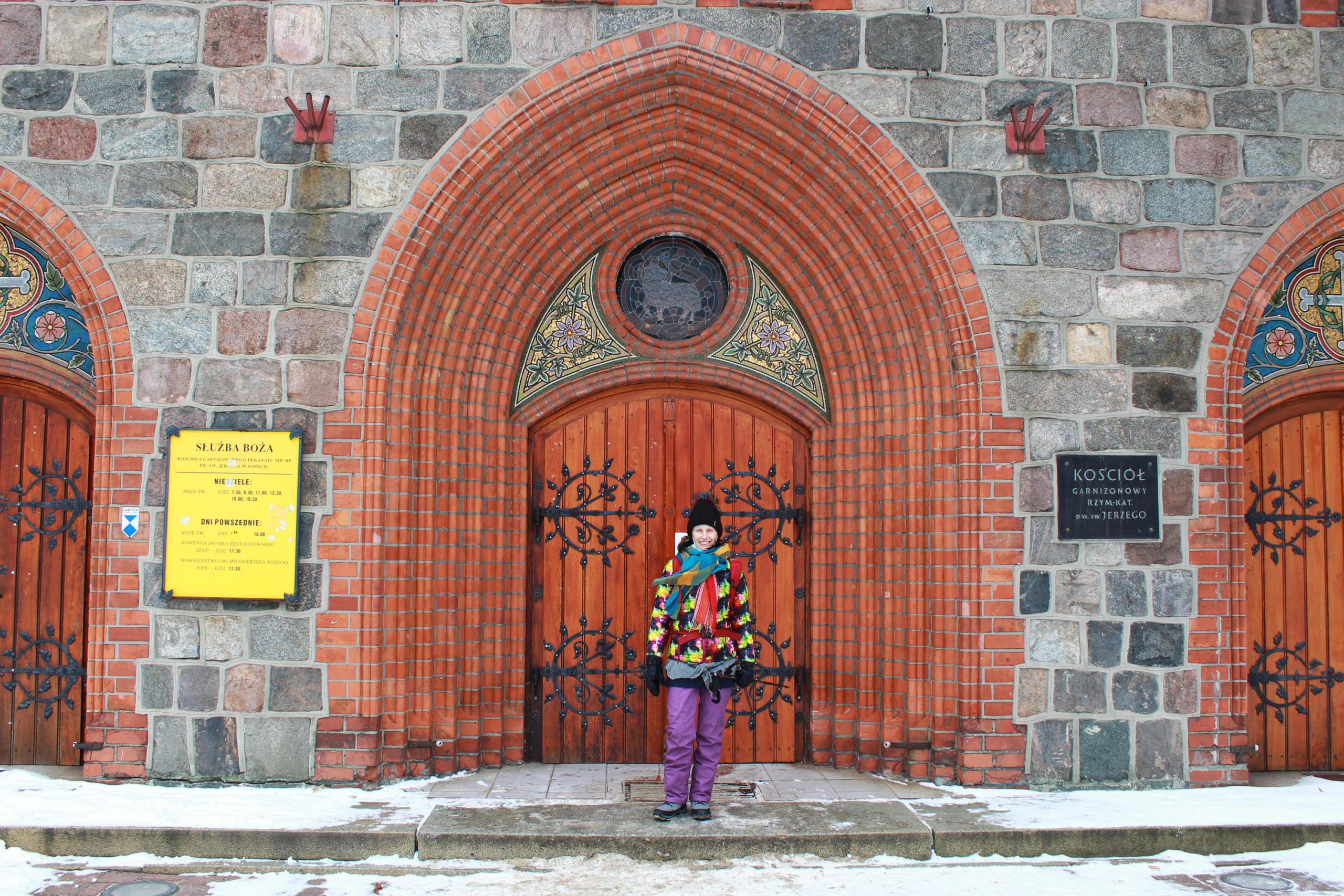 Violetta Wróblewska przed wejściem do kościoła