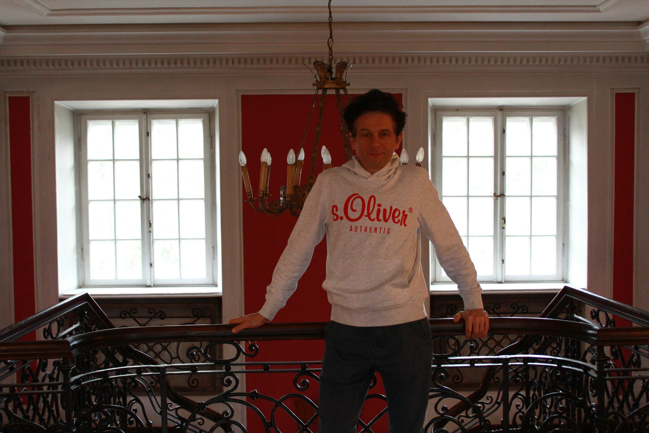 mąż przy balustradzie w Jabłonnie