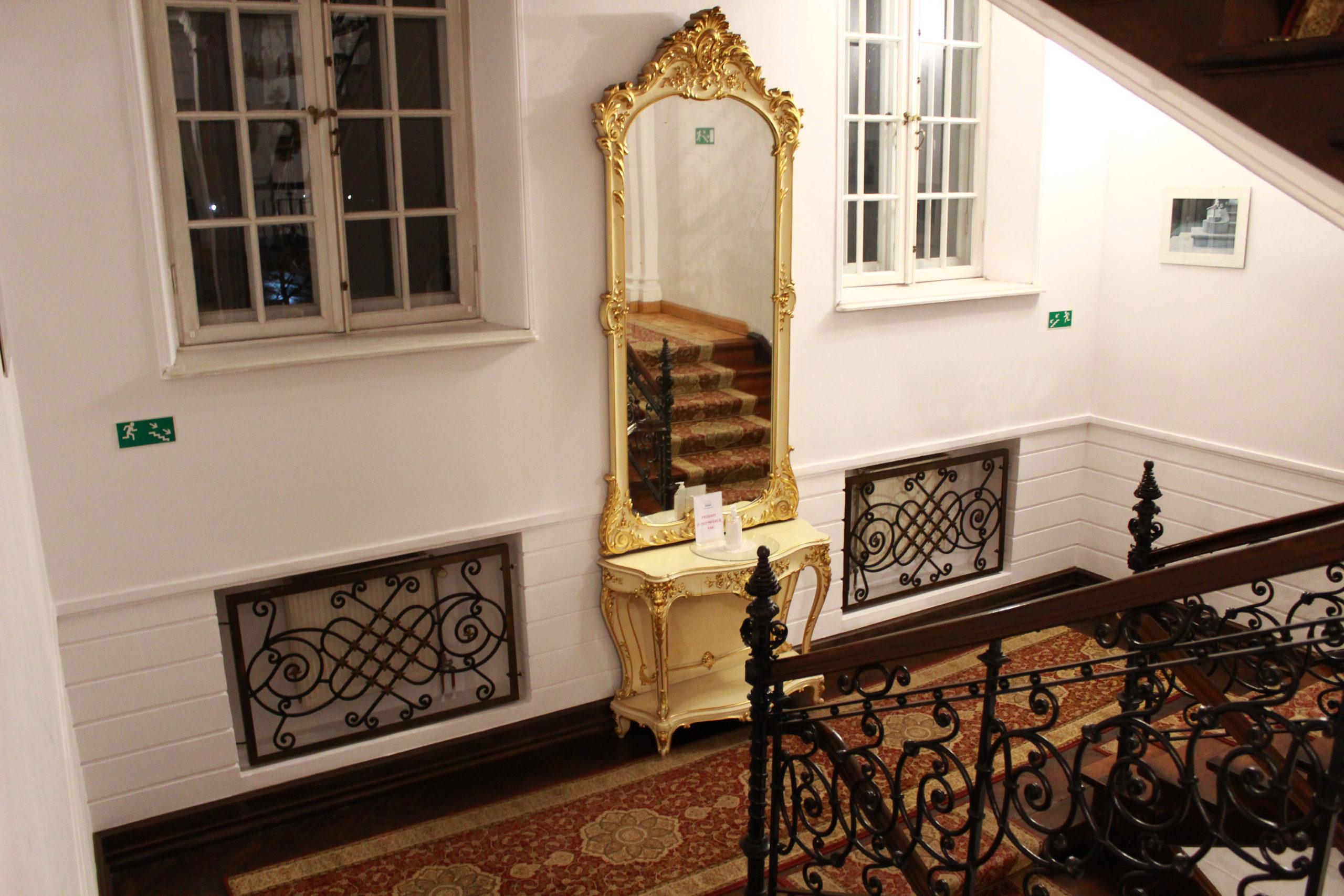 lustro na schodach