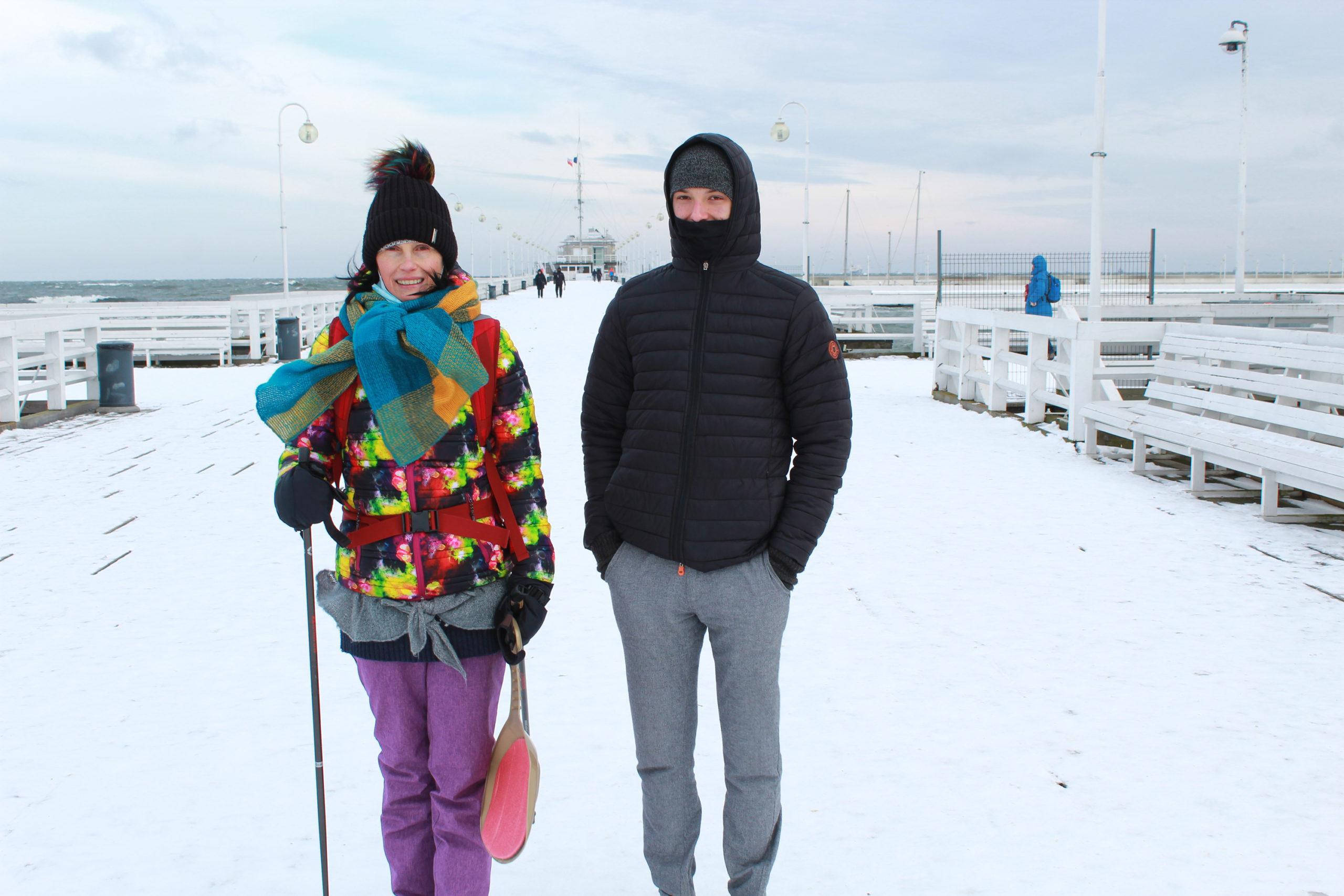 z synem zimową porą na molo w Sopocie