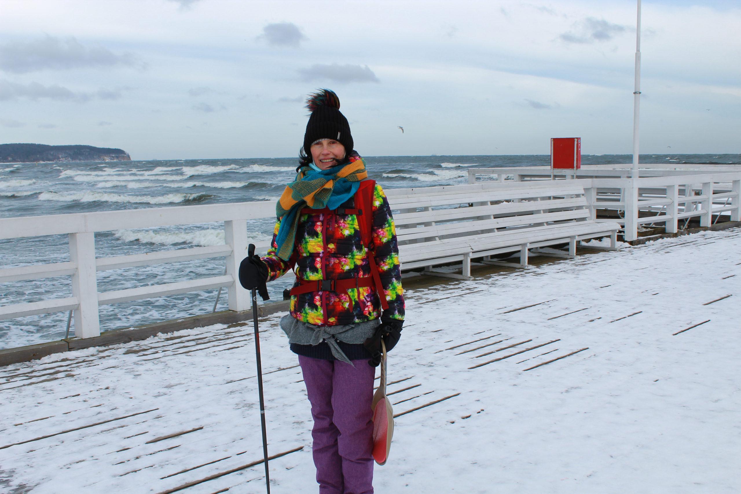 molo w Sopocie pokryte śniegiem, w tle morze
