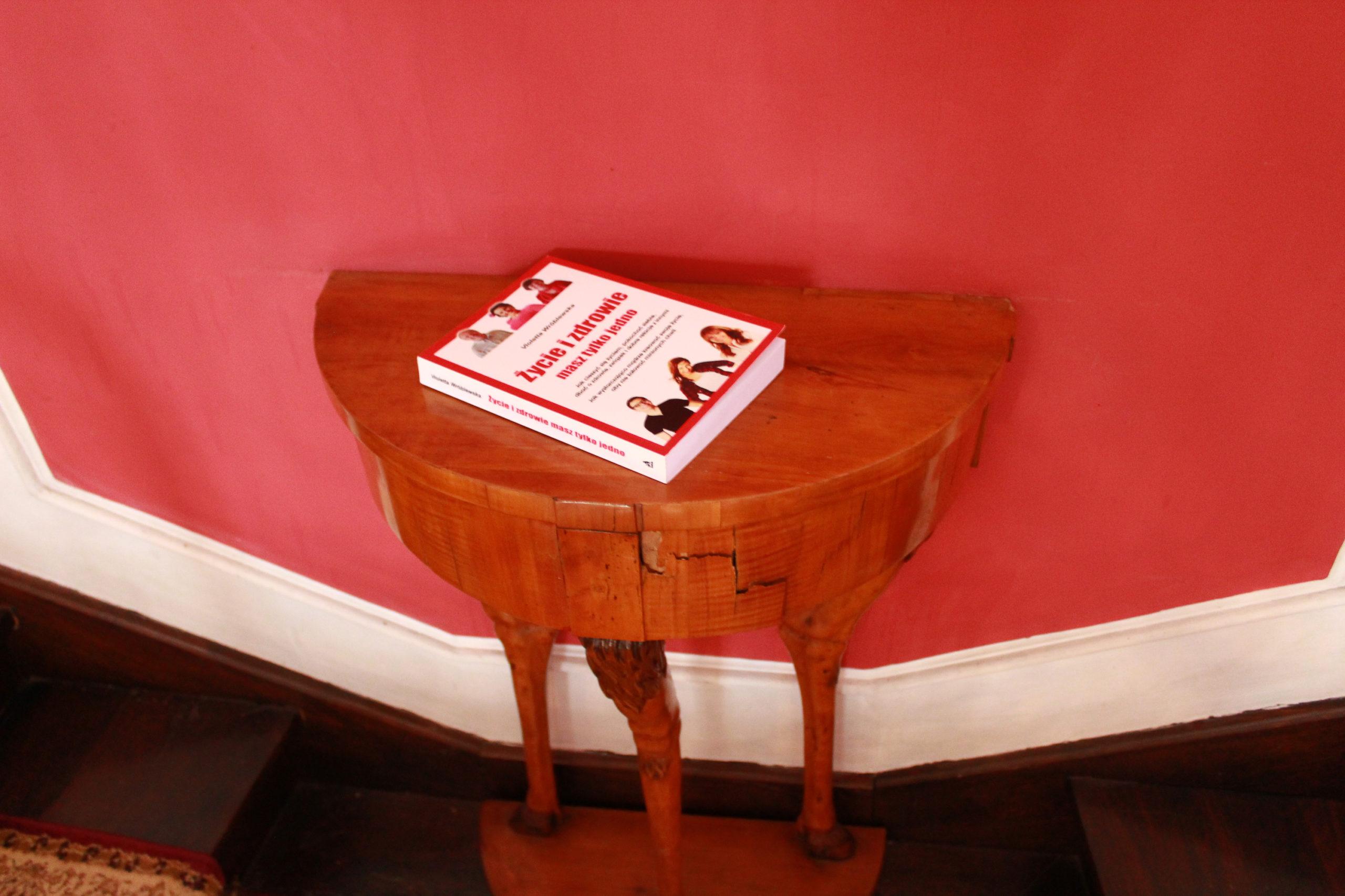 książka na stoliku