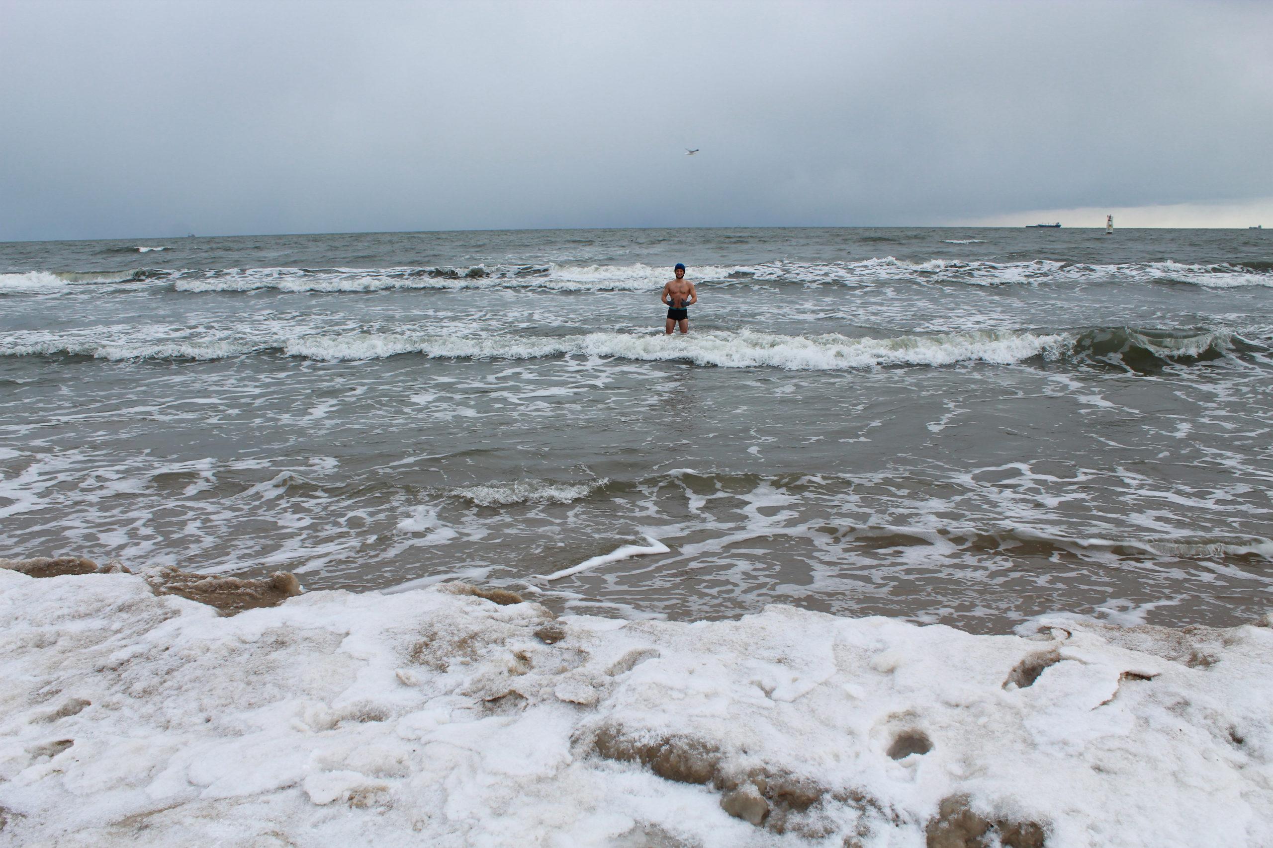 chłopak w zimowym morzu