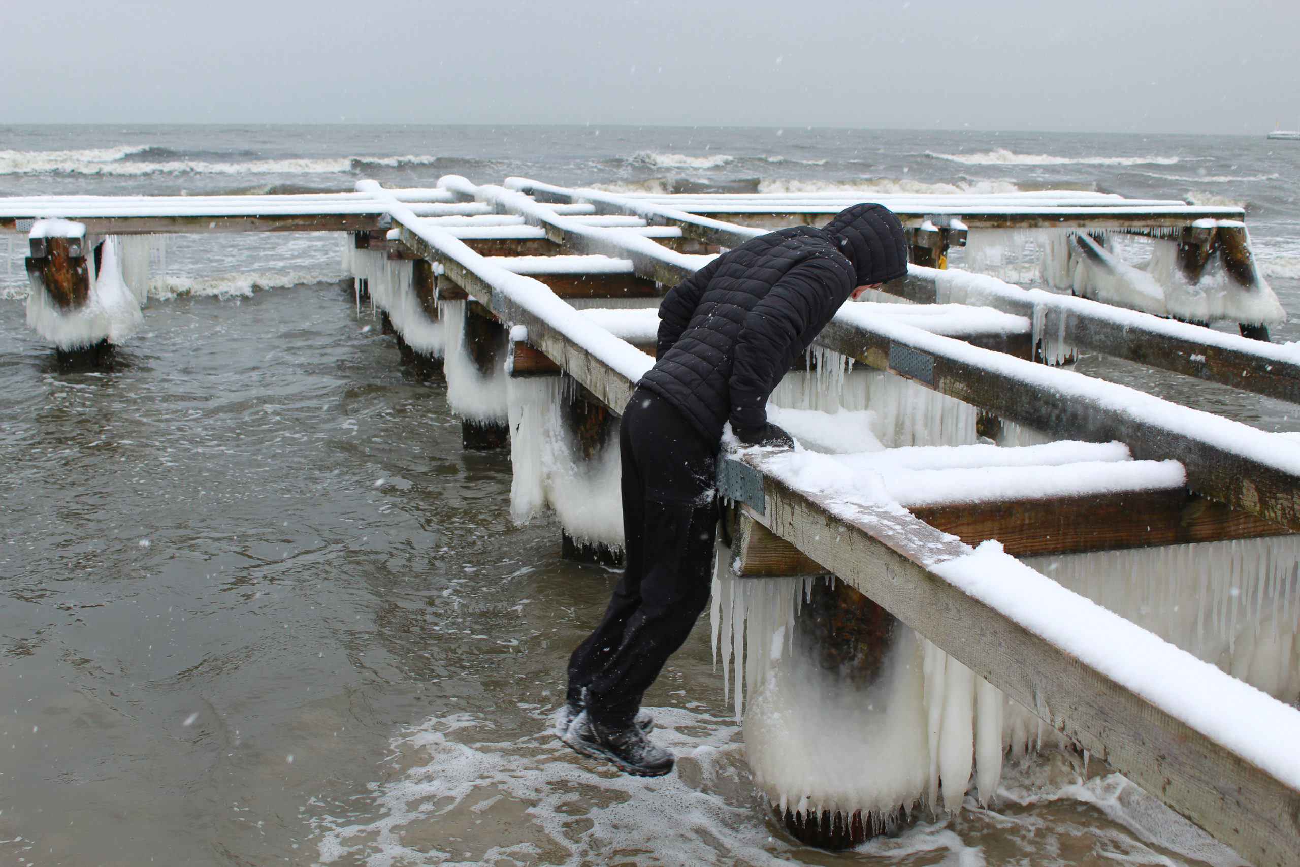 chłopak wspina się na platformę mola